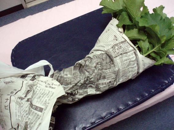 新聞紙に包まれた大根