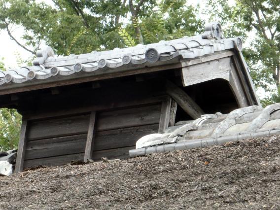 藁葺屋根のてっぺんの煙排出するところ